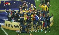 Các cầu thủ và CĐV Iceland thực hiện động tác vỗ tay Viking đẹp mắt.