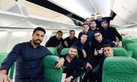 Ronaldo cùng các đồng đội tranh thủ chụp ảnh trước khi lên đường.