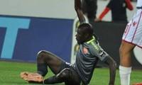 Khadim Ndiaye bị gãy gập chân phải.