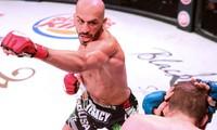 Saad Awad tung đòn khiến Ryan Couture không thể chống đỡ.
