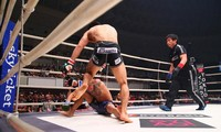 Takaki Soya hạ gục đối thủ.