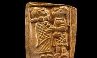 Tạo tác kỳ lạ trên miếng vàng được tìm thấy.