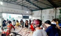 Chen chân mua gà cúng mùng 3 Tết ở miền Tây
