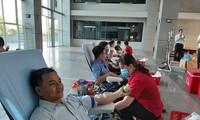 Hàng trăm nhân viên y tế hiến máu cứu người trong mùa dịch Covid-19