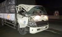 Tiền Giang: Va chạm giữa 2 xe tải, 3 người thoát chết trong cabin bẹp dúm