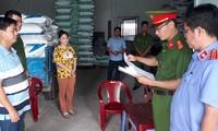 Nguyễn Trung Thành (bìa trái) nghe đọc lệnh bắt.