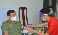 Giám đốc công an tỉnh Sóc Trăng cùng các cán bộ, chiến sĩ hiến máu tình nguyện