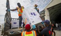 Một lô vắc-xin chuyển đến từ Somalia qua chương trình COVAX Ảnh: AP