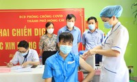 Thành phố Móng Cái, Quảng Ninh tiêm vắc-xin cho cư dân biên giới Ảnh: Hoàng Dương