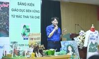 """Thầy Nguyễn Hữu Quyết, giáo viên Trường THPT Huỳnh Thúc Kháng (Hà Nội), thuyết trình về """"Bảo tàng mini"""" trong cuộc thi """"Thanh niên sáng tạo vì khí hậu"""" năm 2021 Ảnh: Xuân Tùng"""