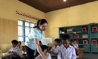 GV hợp đồng ở huyện Buôn Ðôn (tỉnh Ðắk Lắk) trong giờ dạy học.