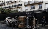 Một chiếc xe hơi bị đốt cháy trên đường phố Paris ngày 1/12 Ảnh: Getty Images