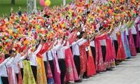Dân chúng vẫy hoa chào đón chủ tịch Trung Quốc, ảnh chụp của Tân Hoa Xã. Tuy nhiên không có tấm ảnh nào của ông Tập tại Bình Nhưỡng được đưa lên cho đến chiều tối qua