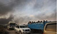 Khói bốc lên từ thị trấn Ral al Ain của Syria trên biên giới với Thổ Nhĩ Kỳ Ảnh: Reuters