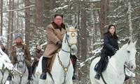 Tấm ảnh không đề ngày tháng của KCNA cho thấy ông Kim Jong-un, vợ ông, bà Ri Sol-ju (bên phải) và tướng Pak Jong-chon (đội mũ) cùng viếng thăm núi Paektu Ảnh: CNN/KCNA