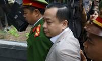 """Bị cáo Phan Văn Anh Vũ ( Vũ """"nhôm"""") được đưa tới tòa Ảnh: Như Ý"""