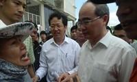 Người dân Thủ Thiêm gặp Bí thư Thành ủy TPHCM Nguyễn Thiện Nhân khi ông đến thăm nơi tạm cư của bà con