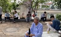 Nhiều người dân vẫn ngồi trà đá vỉa hè gần Bệnh viện Đại học Y - Hà Nội trưa 27/3. Ảnh: Nhật Minh