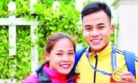Tuyển thủ đi bộ Nguyễn Thị Thanh Phúc và em trai Thành Ngưng. Do dịch COVID-19, món khô gà mà Thanh Phúc kinh doanh để kiếm thêm thu nhập cũng phải tạm ngưng ảnh: NVCC