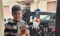 Cảnh sát ở Sicillia tặng quà là trứng Phục Sinh cho các bé ở nhà