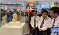 Ông Võ Văn Thưởng (bìa phải), Trưởng Ban Tuyên giáo Trung ương nghe câu chuyện bức tượng bán thân từng ở nhà tù Côn Đảo, lưu lạc sang Pháp và mới trở về nước Ảnh: KỲ SƠN