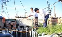 Cơ quan chức năng Lý Sơn kiểm tra tình trạng khoan giếng trái phép Ảnh: Nguyễn Ngọc