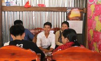 Thầy Lương (áo trắng, giữa) vận động học sinh đi học