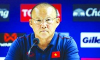 """HLV Park Hang Seo sẽ phải vừa trông chờ vào những gương mặt quen thuộc như Hùng Dũng, Quang Hải, Trọng Hoàng, vừa tìm kiếm những gương mặt mới, lối chơi mới để tránh rơi vào cảnh bị """"bắt bài"""" khi bước vào 2 giải đấu cuối năm nay"""