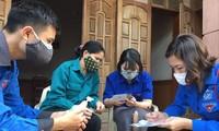 Các bạn ĐVTN hỗ trợ người dân khai báo y tế trong phòng chống dịch COVID -19 Ảnh: PV