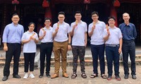 PGS. Lê Anh Vinh (bên trái), thầy Lê Bá Khánh Trình (bên phải) cùng 6 thành viên của đội tuyển IMO Việt Nam . Ảnh: PGS. Lê Anh Vinh cung cấp
