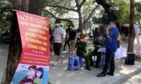 Lực lượng an ninh quận Hoàn Kiếm - Hà Nội lập chốt trên Hồ Gươm và yêu cầu người dân luôn đeo khẩu trang nơi công cộng