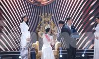 Tổng Biên tập báo Tiền Phong Lê Xuân Sơn - Trưởng ban tổ chức trao quyền trượng cho tân Hoa hậu Đỗ Thị Hà Ảnh: Như Ý