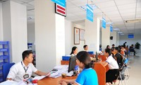 Người dân làm thủ tục kê khai, nộp thuế tại Cục Thuế Hà Nội