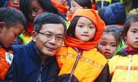 Nhà báo Trần Đăng Tuấn với trẻ em vùng cao mà ông và cộng sự mang cho cái ăn, cái mặc Ảnh: Phạm Ngọc Tiến