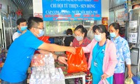 Bạn trẻ hỗ trợ bữa cơm cho bệnh nhân tại bệnh viện ẢNH: HÒA HỘI