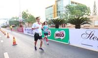 Biên tập viên Nguyễn Tuấn Đạt hóa trang thành cậu học sinh trẻ măng khi tham dự cự ly marathon tại giải Tiền Phong marathon năm 2018 tại TP Buôn Ma Thuột ảnh: Như Ý