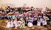 Các thành viên nhóm SGO48 mang mặt nạ phòng dịch để bắt tay với hơn 1000 fan