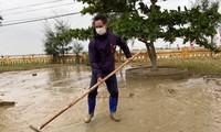 Vợ chồng Lý Hải - Minh Hà tất bật dọn rửa bùn non sau lũ giúp đỡ bà con miền Trung
