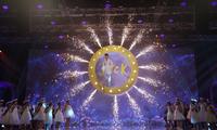Jack biến sân khấu thành Wonderland với màn treo mình trên không giữa nền pháo hoa rực rỡ