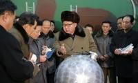 Nhà lãnh đạo Kim Jong-un đứng bên mô hình đầu đạn hạt nhân thu nhỏ đã từng bị các nhà phân tích chê cười hồi năm ngoái, giờ đã trở thành hiện thực. Ảnh: SCMP