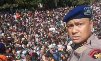 Hàng trăm du khách hoảng sợ chạy ra cảng để chờ tàu về đất liền sau khi trận động đất mạnh 6,9 độ richter xảy ra ở đảo du lịch Lombok, Indonesia.