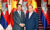 Thủ tướng Nguyễn Xuân Phúc đã trân trọng mời Thủ tướng Vương quốc Campuchia Samdech Techo Hun Sen và Phu nhân thăm chính thức Việt Nam. Ảnh: VGP