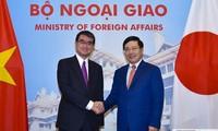 Bộ trưởng Ngoại giao Phạm Bình Minh và Bộ trưởng Ngoại giao Nhật Bản Taro Kono. Ảnh: VN&TG