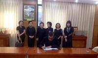 Đại diện kiều bào Thái Lan viết sổ tang Chủ tịch nước Trần Đại Quang. Ảnh: L.A