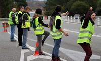 Những người biểu tình đứng chặn trên đường phố ngày 3/12 tại Pháp.