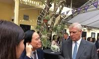 Bộ trưởng Phùng Xuân Nhạ (bên trái) trao đổi trực tiếp bằng tiếng Anh với Công tước xứ York, Hoàng tử Andrew tại Hà Nội ngày 4/12. Ảnh: L.A