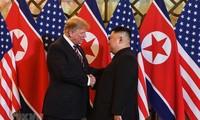 Tổng thống Mỹ Donald Trump và Chủ tịch Triều Tiên Kim Jong-un trong buổi gặp tối 27/2 tại Hà Nội. Ảnh: TTXVN