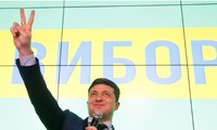 Diễn viên hài Volodymyr Zelenskiy đã vượt lên đương kim Tổng thống Petro Poroshenko để dẫn đầu tại vòng 1 bầu cử ở Ukraine tối 31/3.