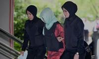 Đoàn Thị Hương được hai nữ cảnh sát áp giải ra tòa ngày 1/4. Ảnh: TT