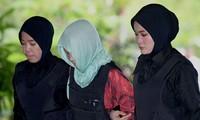 Đoàn Thị Hương mặc áo chống đạn, bị áp giải đến tòa án ở ngoại ô Kuala Lumpur sáng nay. Ảnh: AFP